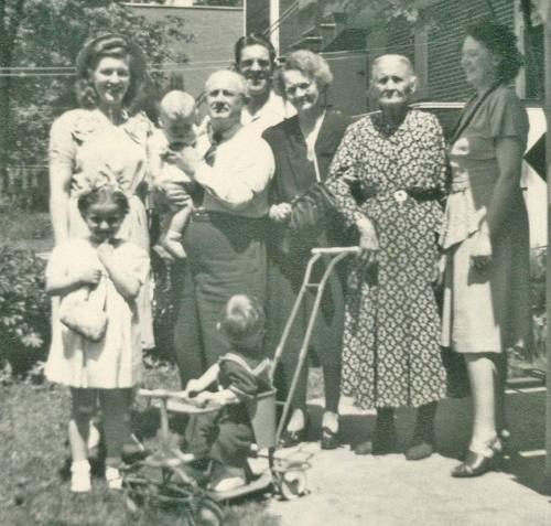Mary, son fils Phlippe dans les bras de son grand-père Henru Normand, mon père Georges, ma grand-mère Blanche, sa mère Alexina Corbeil et Madeleine. Au premier plan, ma cousine Suzanne et, dans le carosse, mon frère Gaëtan.